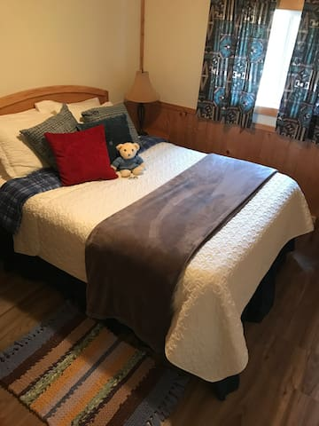 Each bedroom has a Queen bed. They are comfy and cozy and you'll have a wonderful sleep.