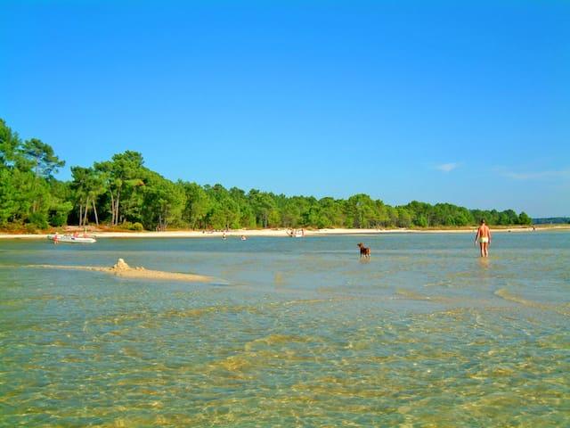 Le lagon et les eaux transparentes et peu profondes pour de belles baignades en famille sans danger.