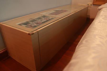 CBD有衣帽间书桌和飘窗的别致大床房 - Guangzhou - Apartment