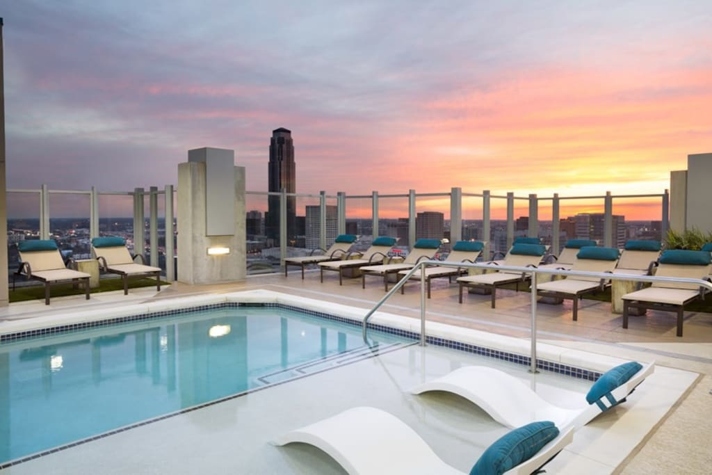 Great amenities include a rooftop, 24/7 gym, outdoor grills, club room & pool!