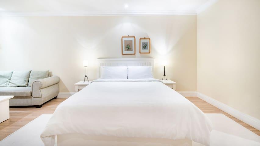 인근에 바다가 있는 화이트풍의 침대형 객실