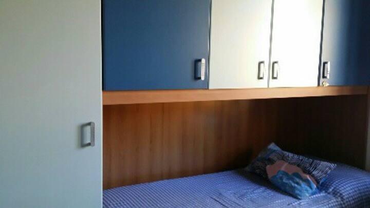 Camera da letto azzurra primo piano