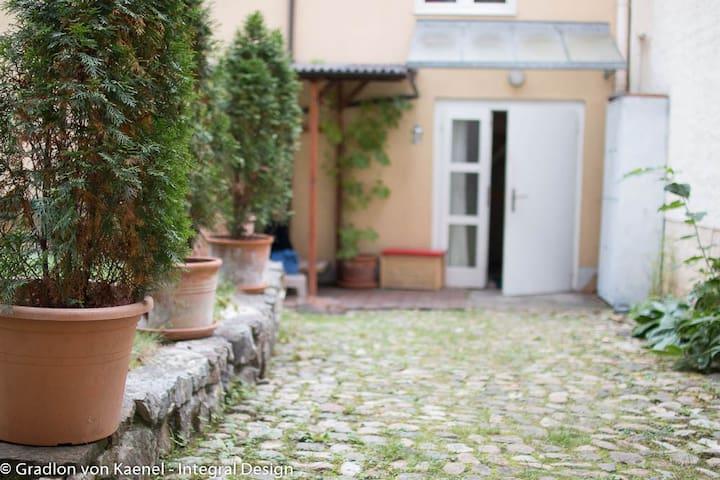 Haus am Rhein in ruhigem Hinterhof