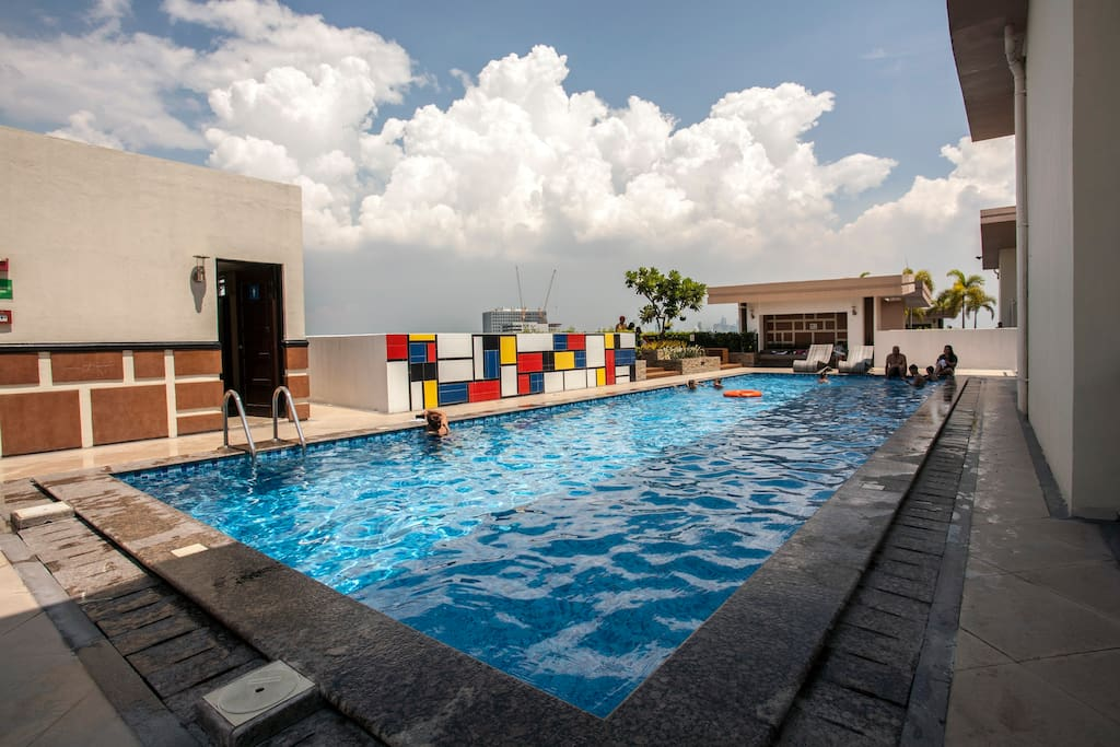 Rooftop swimming pool with great view over Fort Bonifacio