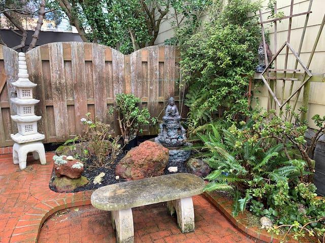 Peaceful Zen Garden Flat with Free Parking WOOF!