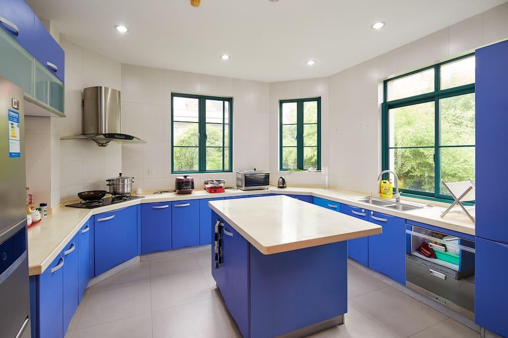 厨房设备可以使用,油米和调料需要自备