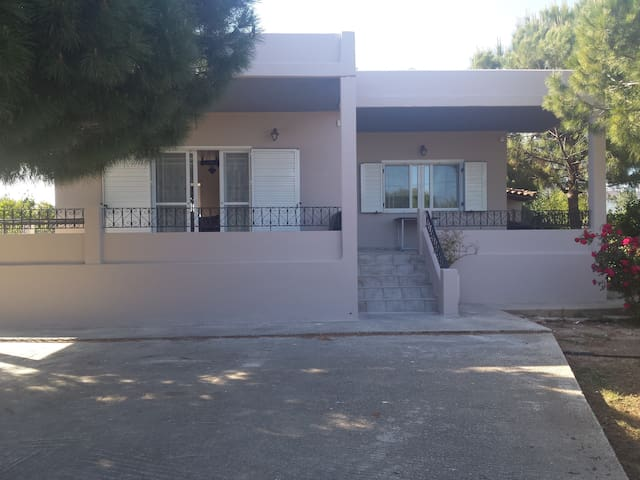 Private house close to the beach - Agios Panteleimon - 獨棟