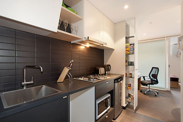 Modern cosy studio next to Melbourne CBD - North Melbourne - Huoneisto