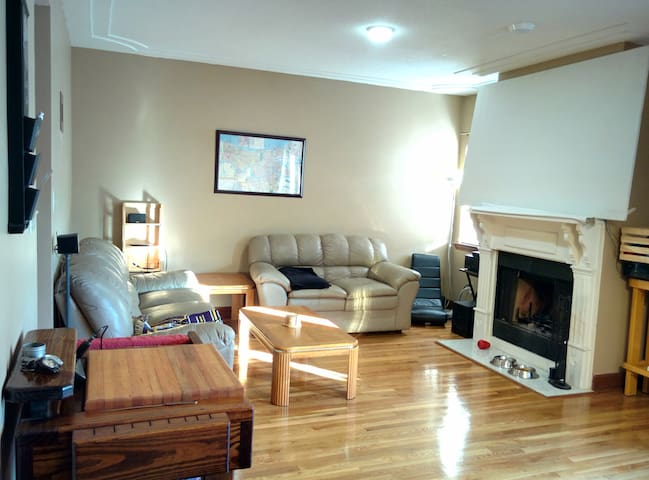 Spacious townhouse in safe part of town, w/ pool!