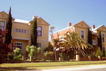 Campbell House top floor Apartment superb location - 卡索曼(Castlemaine)