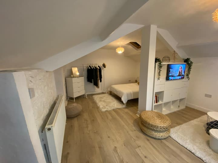Self-contained stylish Afan Valley guesthouse