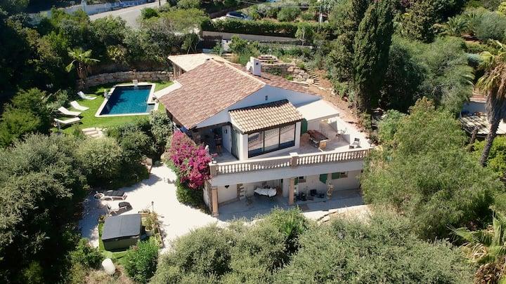 chambre bleue dans maison provençale avec piscine