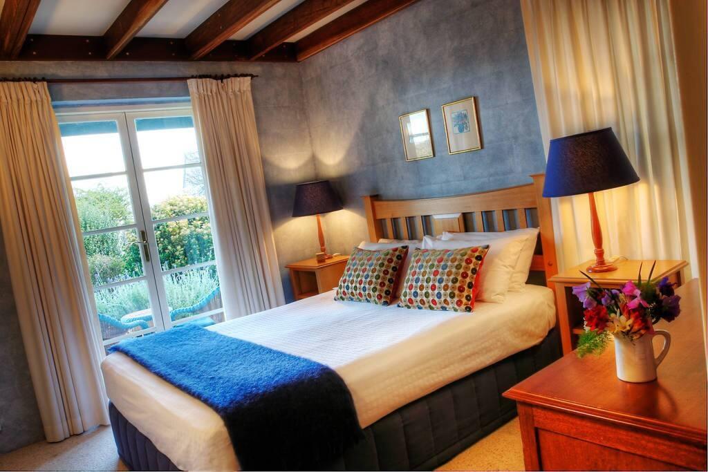 Queen Cottage Bedroom
