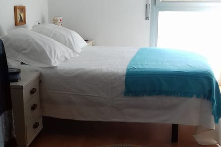 Habitación tranquila a 25 minutos a pié de Girona
