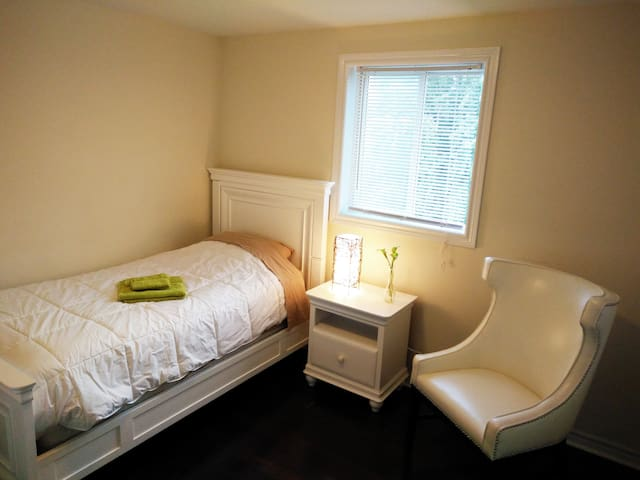 Comfy bed / large bathroom / upscale neighborhood - Guelph