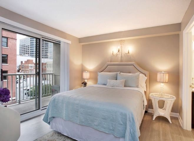DOWNTOWN! Condo-2 bd/2ba-Sleeps 6!/ FREE PARKING!!