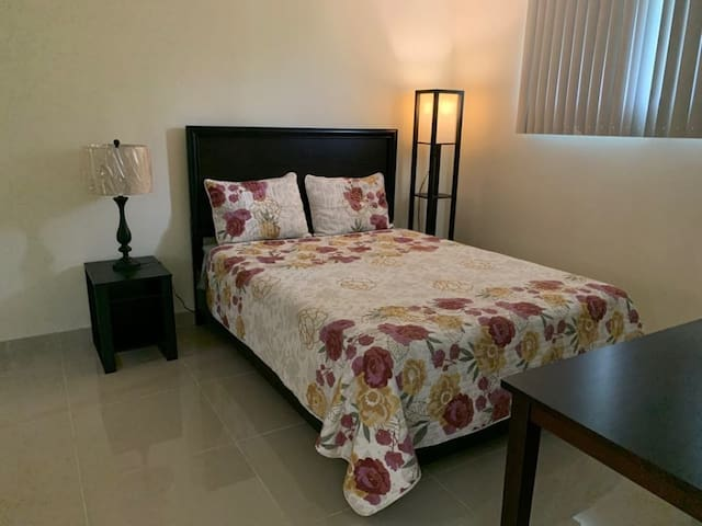 """Queen-size bed. 60""""x80"""".  (152cm x 203cm)"""
