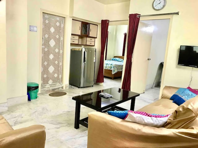 Peaceful family apt in prime South Kolkata area!