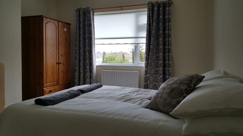 Beautiful spacious double bedroom - Cabra - Casa