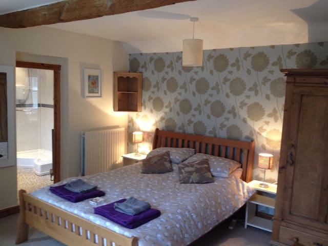 Double en-suite room, ground floor - Long Clawson