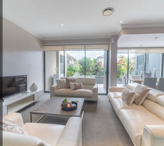 1 BEDROOM IN LARGE QUIET HOUSE SURFERS PARADISE