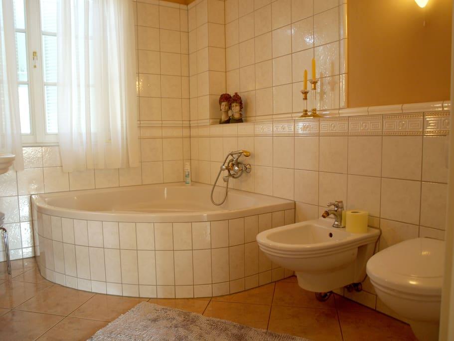 Badezimmer mit großzügiger Eckbadewanne
