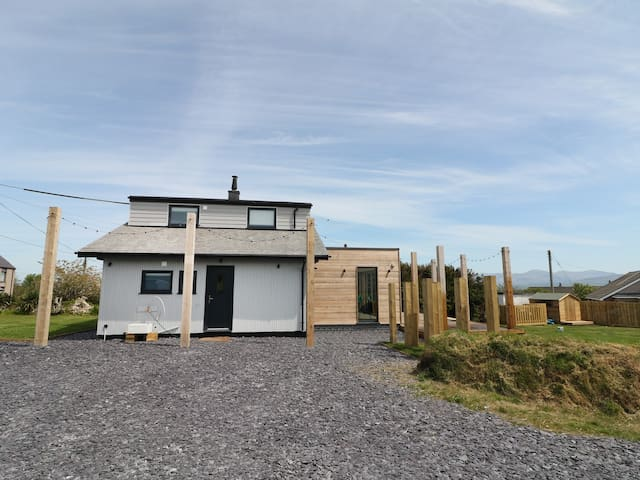 FOREST LODGE, pet friendly, with open fire in Newborough, Ref 974110