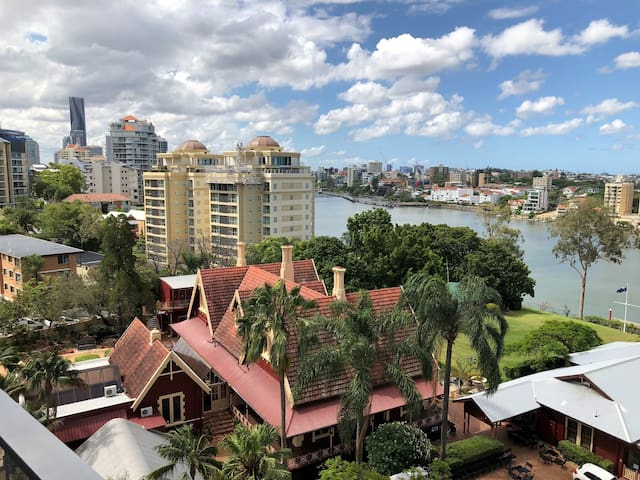 Resort Style Inner City Living - 3kms to CBD