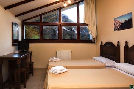 Habitaciones para dos personas, tamién disponible con ventanal sin bajo cubierta.