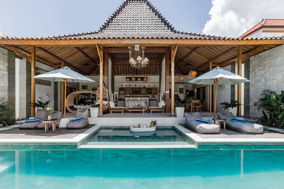 Traditional Luxury Villa Steps from Kudeta Beach