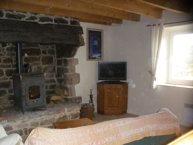 Cozy stone cottage in a rural setting - Lanvénégen - Casa