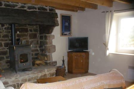 Cozy stone cottage in a rural setting - Lanvénégen - Casa