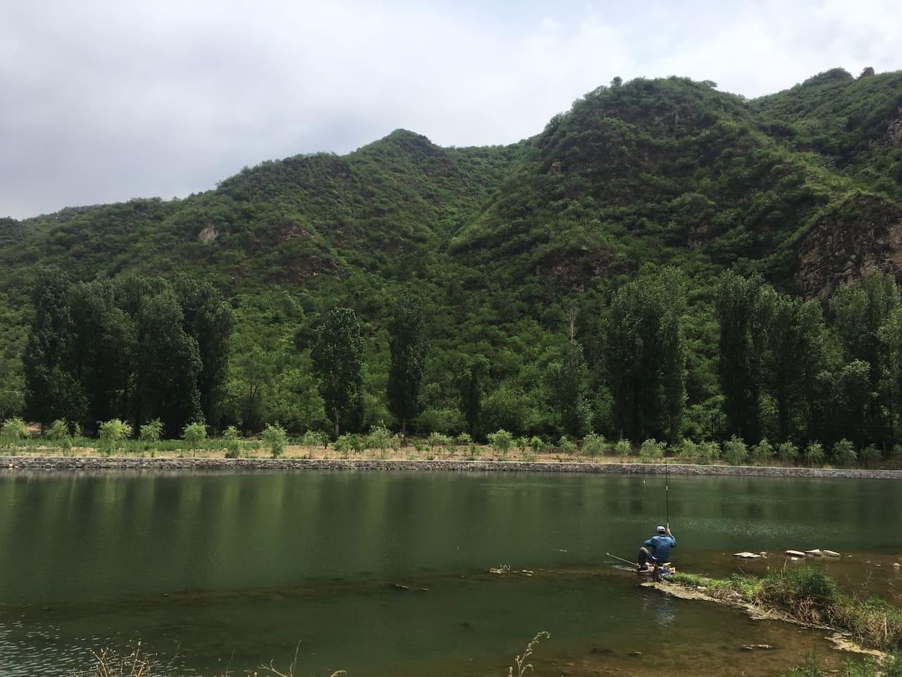 河边可以钓鱼,有简单的渔具