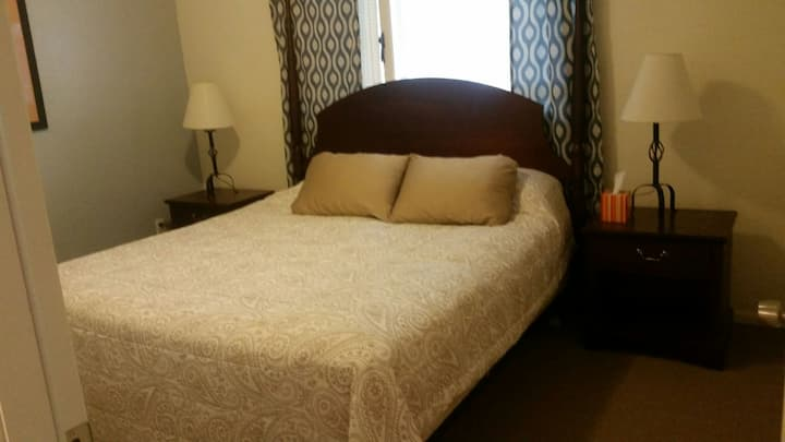 Comfy King Bed in private room, UMED/East Anc
