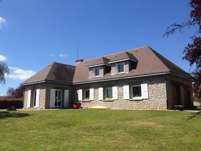 Charmante maison d'invités en pierre avec piscine - Saint-Marcellin-en-Forez - Bed & Breakfast