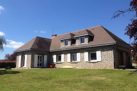 Charmante maison d'invités en pierre avec piscine - Saint-Marcellin-en-Forez - Гестхаус