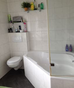 Cozy bedroom with great kingsize boxspring - Maastricht - House