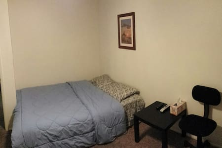 Cozy queen bed with Directv. - Glendale - Σπίτι