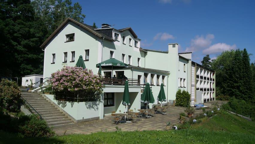 Doppelzimmer im Ferienhotel Carolaruh Bad Elster - Bad Elster - ที่พักพร้อมอาหารเช้า