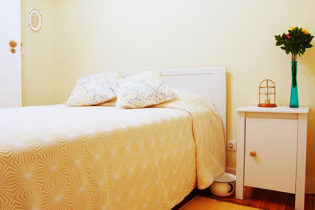 Quarto Suite, cama e mesa de cabeceira
