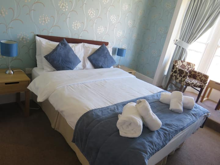 classic kingsize room @The Queens Arms Hotel