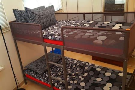 SUPERSIZE DORM, BED 4 @ 5 MNS MTR - Sheung Wan - Apartment