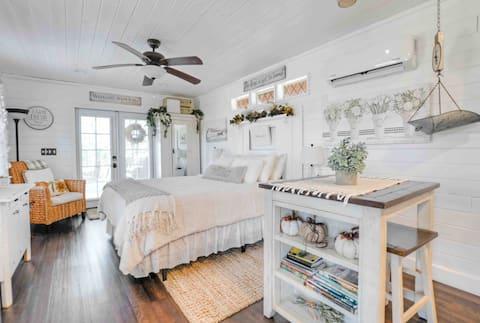 Smoky Mountain Farmhouse Cottage - Getaway for 2