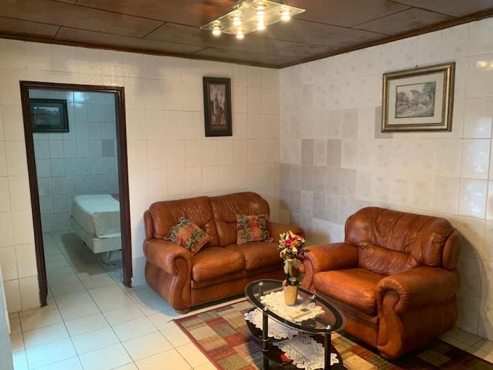 Studio autonome meublé à Bastos