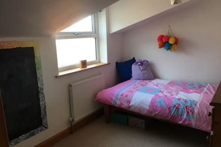 Bright single room, 5 miles to Humberside Airport