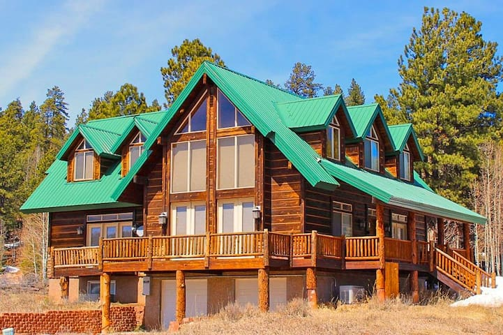 Luxury Cabin Accommodates 14  Less than 45 min From Zion/Bryce National Parks!
