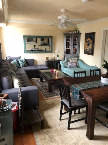 Living and dining room, lots of space for friendly gatherings, dinner parties, etc.