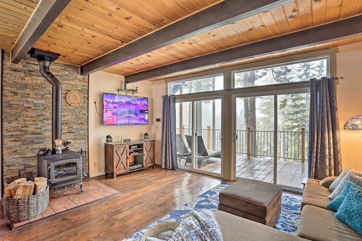 Lake Almanor Cabin with Deck, < ½ Mile to Beach!