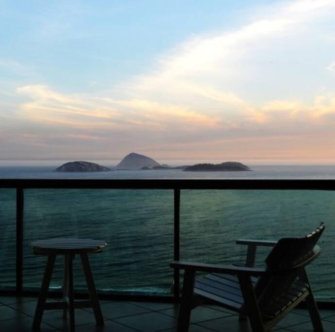 Vista além das Ilhas Cagarras no Oceano Atlantico do mar de Ipanema, de uma das varandas mais altas da Torre do Tiffanys.