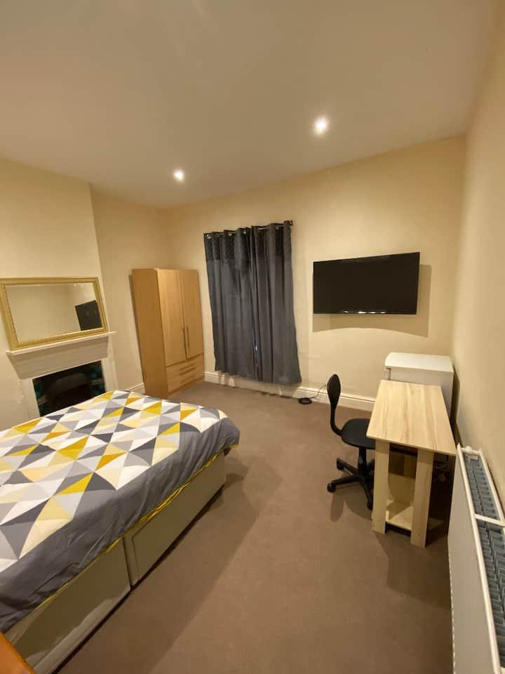 Modern room in good location 2 min walk to BAE
